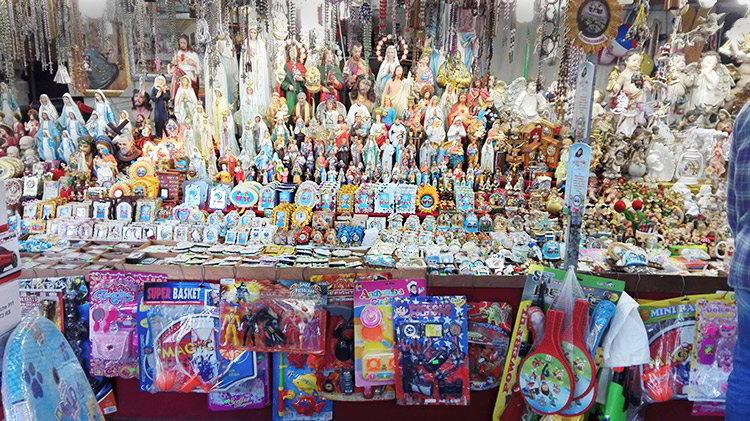 Santini in vendita per i pellegrini che giungono a San Cosimo per le perdunanze