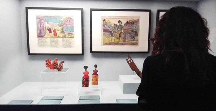 Alessandra osserva teca delle opere giovanili di Kandinskij