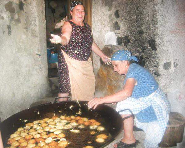 due donne preparano pettole