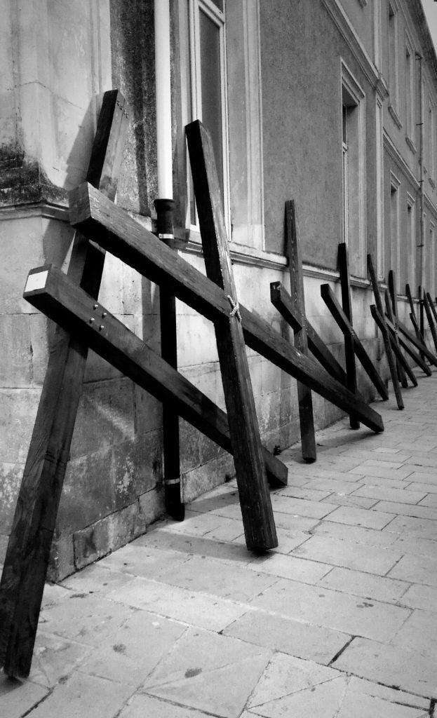 croci appoggiate al muro