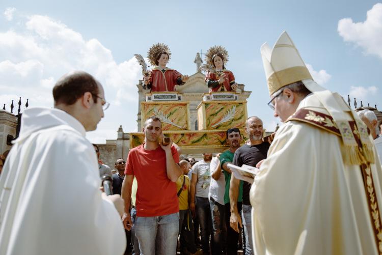 Vescovo benedice i santi medici portati dai trainieri di Oria
