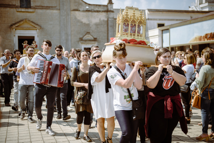 Donne che portano le reliquie dei Santi Medici a San Cosimo alla Macchia