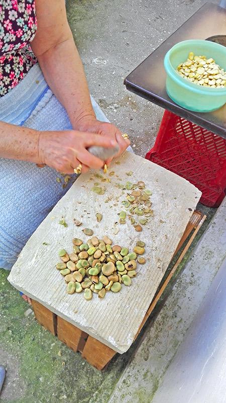 schiacciare le fave