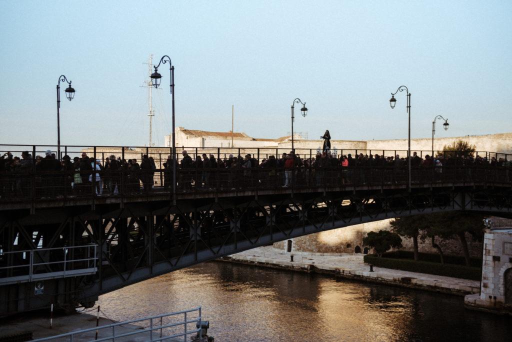 processione Addolorata sul ponte girevole